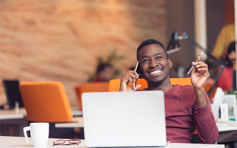 Hombre sonriendo con ordenador